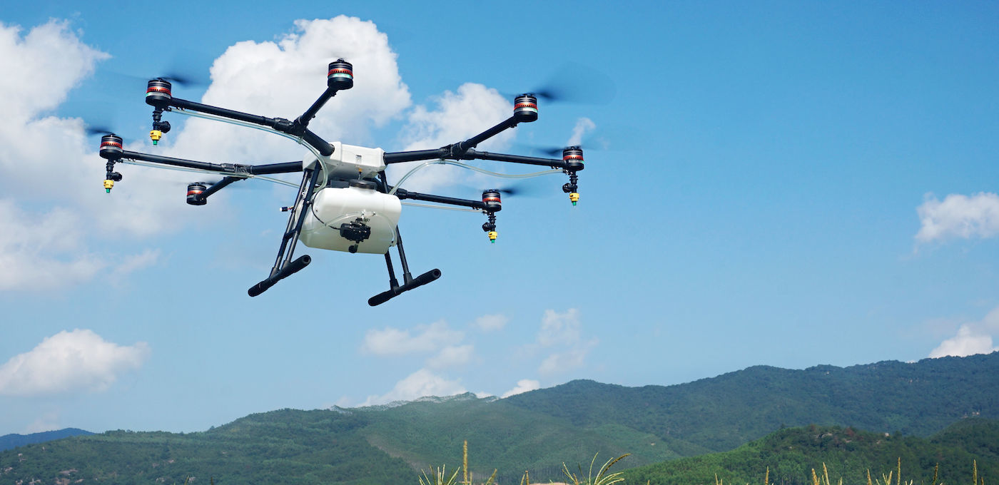 大疆MG-1农业植保无人机 技术参数:  用全新的技术开启未来农业的篇章。大疆MG-1专为农作物保护领域设计,集成先进的飞控、可靠的内循环冷却系统、便携的折叠机身和操控简易的定制遥控器,为你提供高效、安全、便捷的植保作业工具。 高效作业  配备强劲的八轴动力系统,大疆MG-1标准载荷达10公斤。每小时作业量可达40-60亩,作业效率是人工的40-60倍。大疆MG-1药剂喷洒泵采用高精度智能控制,与飞行速度联动。在智能作业模式下,实现了定速、定高飞行和定流量喷洒,保证了作物都能得到均匀的喷洒,高效作业的同时